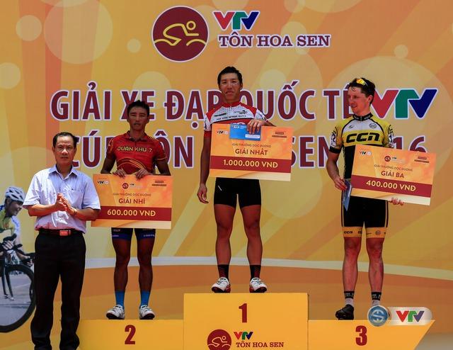 Trao giải Sprint 2 cho các cua-rơ ở chặng 3 Giải xe đạp Quốc tế VTV Cúp Tôn Hoa Sen 2016