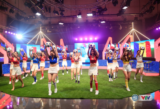 24 người đẹp thể thao Nóng cùng Euro 2016 chuẩn bị cho màn trình diễn trong Lễ khai mạc...
