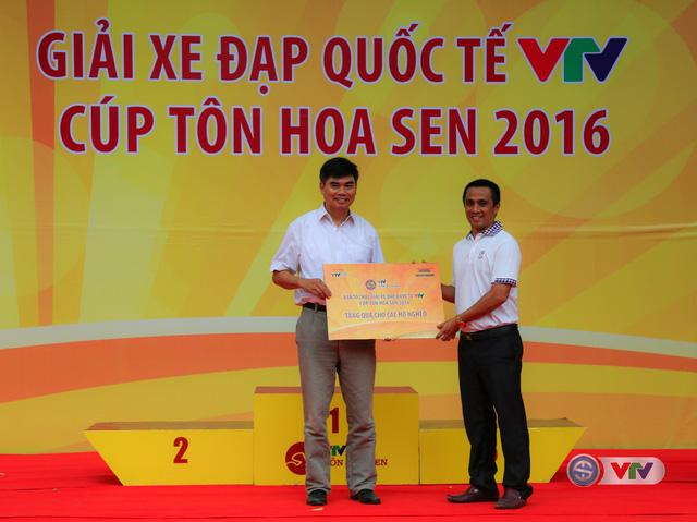 Đại diện nhà tài trợ trao món quà cho các hộ nghèo huyện Nam Đàn, tỉnh Nghệ An