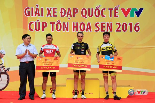 Trao giải Sprint 1 cho các cua-rơ ở chặng 4 Giải xe đạp Quốc tế VTV Cúp Tôn Hoa Sen 2016