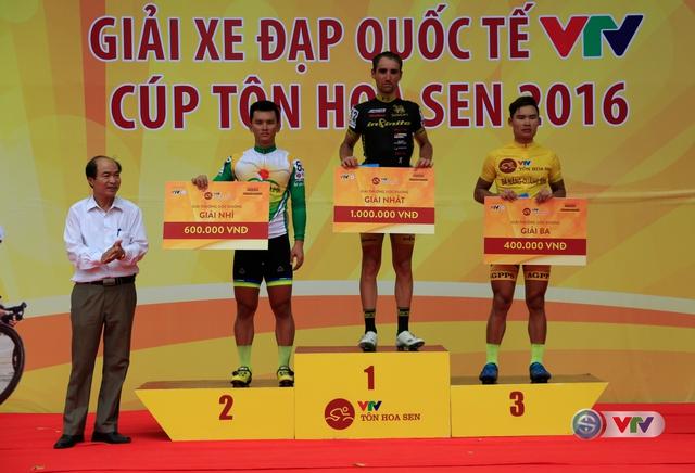 Trao giải Sprint 2 cho các cua-rơ ở chặng 4 Giải xe đạp Quốc tế VTV Cúp Tôn Hoa Sen 2016