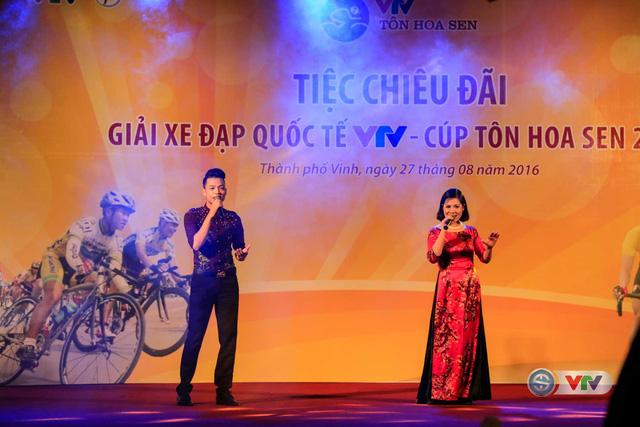 Ca sĩ Mạnh Hà và Thu Hằng trình diễn ca khúc Hồ trên núi tại tiệc chiêu đãi