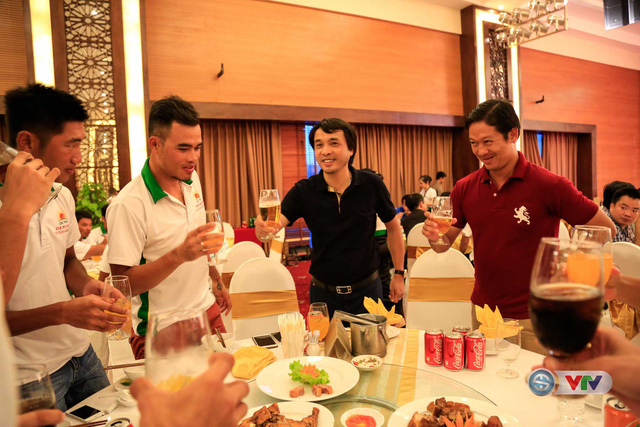 Nhà báo Phan Ngọc Tiến (áo đen), Trưởng ban Sản xuất các chương trình thể thao, Đài THVN, Trưởng ban tổ chức giải chúc mừng từng đoàn đua tham dự giải