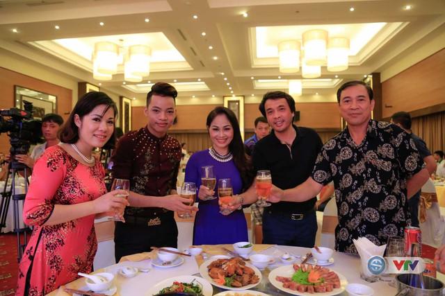 Nhà báo Phan Ngọc Tiến (áo đen), Trưởng ban Sản xuất các chương trình thể thao, Đài THVN, Trưởng ban tổ chức giải chúc mừng chia vui cùng các ca sĩ tham dự tiệc chiêu đãi
