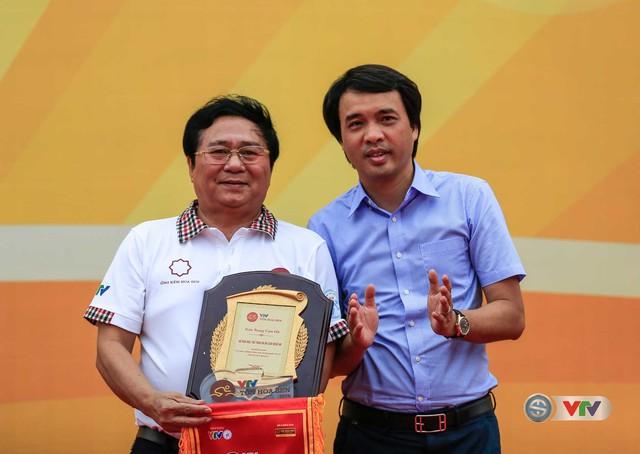 Nhà báo Phan Ngọc Tiến (bìa phải), Trưởng ban Sản xuất các chương trình thể thao, Đài THVN, Trưởng ban tổ chức giải trao kỉ niệm chương và cờ lưu niệm cho đại diện địa phương