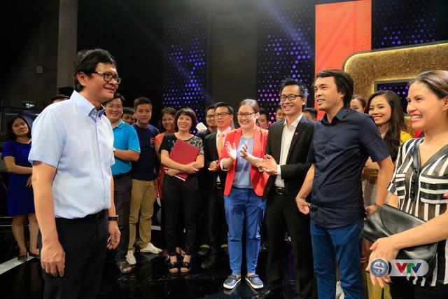 Tổng Giám đốc Đài THVN Trần Bình Minh (áo trắng) trò chuyện cùng Ban lãnh đạo, cán bộ và nhân viên Ban Sản xuất các chương trình thể thao.