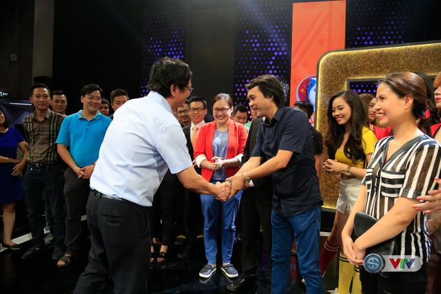 Nhà báo Phan Ngọc Tiến, Trưởng ban Sản xuất các chương trình Thể thao (áo đen) cám ơn sự quan tâm động viên của Tổng Giám đốc Đài THVN, Trần Bình Minh.