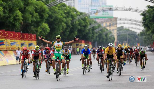 Nguyễn Thành Tâm ăn mừng khi về nhất chặng 5. Về vị trí thứ nhì là cua-rơ Jos Koop của BICT, Lào