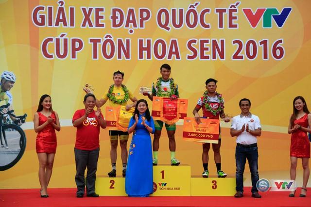 BCT trao giải nhất, nhì, ba cho các cua-rơ ở chặng 5, vòng quanh Quảng trường Hồ Chí Minh, TP. Vinh, Nghệ An