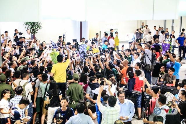 Rất đông NHM và báo chí chào đón xạ thủ Hoàng Xuân Vinh tại sân bay Nội Bài, Hà Nội.