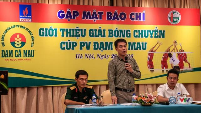 Ông Lê Trí Trường (ở giữa), Tổng thư ký Liên Đoàn Bóng chuyền Việt Nam phát biểu trong buổi họp báo giới thiệu Giải bóng chuyền Cúp PV – Đạm Cà Mau 2016