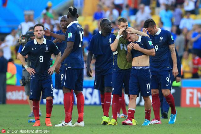 Antoine Griezmann khóc nức nở bên các đồng đội tại World Cup 2014