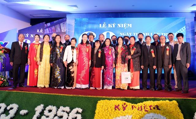 Các đại biểu tham dự chụp ảnh kỷ niệm chúc mừng trường Cao đẳng Truyền hình.