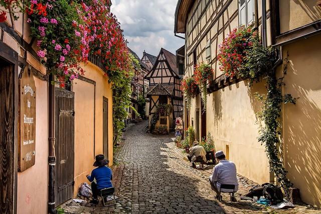 Ở Pháp còn có ngôi làng Eguisheim mang vẻ đẹp thơ mộng và thanh bình.