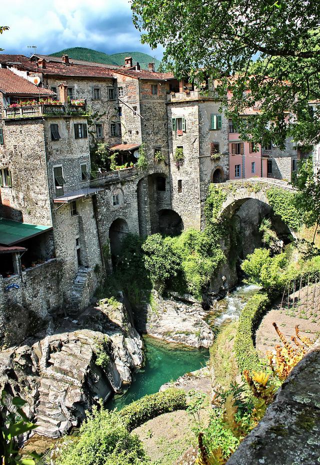 Làng Bagnone ở Italy không kém phần lãng mạn với khung cảnh đẹp như tranh.