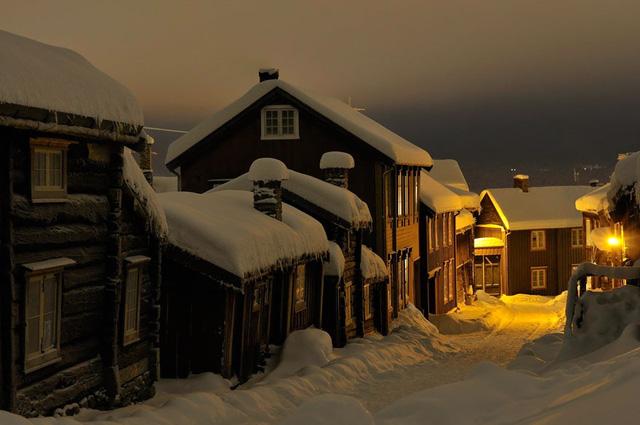Làng Roros ở Na Uy với khung cảnh tuyết trắng bao phủ nhìn hệt như trong những câu truyện cổ tích.