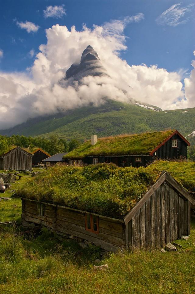 Làng Renndolsetra ở Na Uy cũng được nhiều người biết đến bởi vẻ đẹp tĩnh lặng và những ngôi nhà mái cỏ độc đáo.