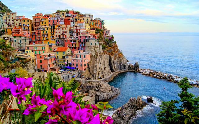 Nếu đến Italy, du khách cũng khó bỏ quên Manarola, một ngôi làng có địa hình và màu sắc vô cùng ấn tượng.