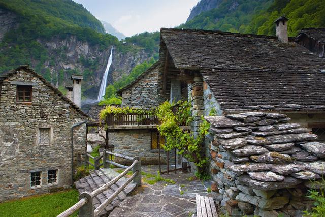 Làng Foroglio ở Thụy Sỹ có nhiều ngôi nhà được xây bằng gạch, đá hài hòa với màu xanh của tự nhiên.