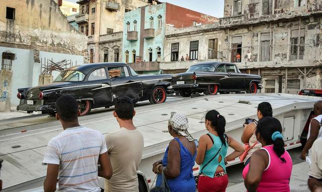 Người dân Cuba hào hứng xem các cảnh quay