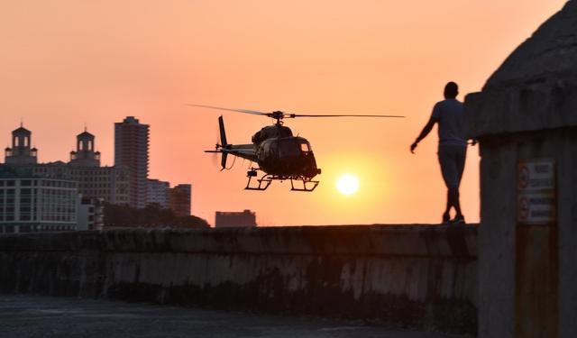 Chiếc trực thăng của đoàn làm phim trên bầu trời Cuba