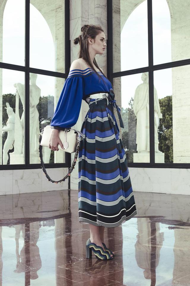 Fendi mang đến thiết kế mới mang sắc màu biển cả, vừa thanh lịch vừa trẻ trung.