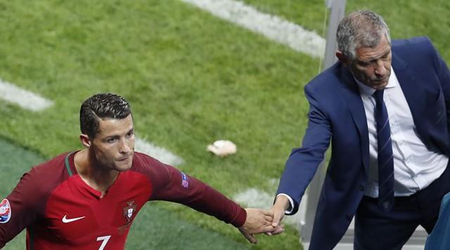 Thành công của BĐN sẽ không đến nếu không có cái bắt tay này giữa Cristiano Ronaldo và HLV Fernando Santos.