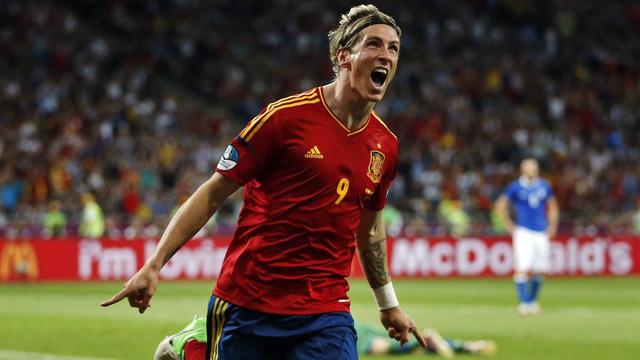 13 - Fernando Torres. Torres ngày nay đã không còn ở đỉnh cao của sự nghiệp, tuy nhiên trong quá khứ, El Nino từng là cơn ác mộng của nhiều hàng thủ trứ danh khắp châu Âu. Cùng La Furia Roja, Torres đã tham gia các kỳ Euro 2004, 2008, 2012. Anh chơi tổng cộng 13 trận và ghi được 5 bàn.