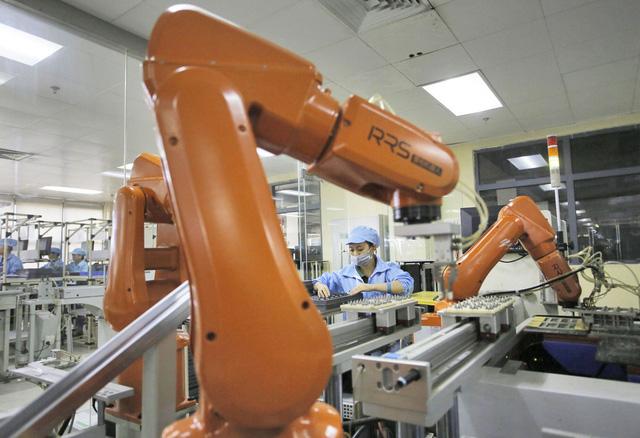 Hình ảnh công nhân cùng máy móc làm việc tại nhà máy Foxconn