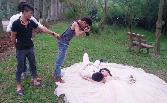 Nhiếp ảnh gia cũng cần được hỗ trợ để không bị... ngã vào lòng cặp đôi.