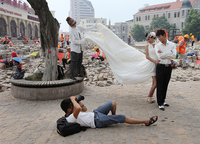 Chụp ảnh cưới bất chấp cả... khu vực đang được xây sửa