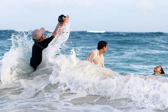 Chụp ảnh cưới ở biển nhưng mà vẫn sợ ướt máy lắm!