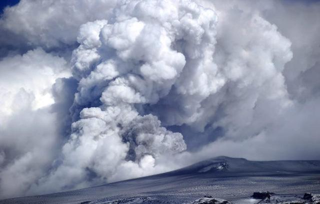 Khói bụi từ vụ phun trào núi lửa Eyjafjallajokull tại Iceland năm 2010 khiến hàng nghin chuyến bay ở châu Âu bị hủy bỏ