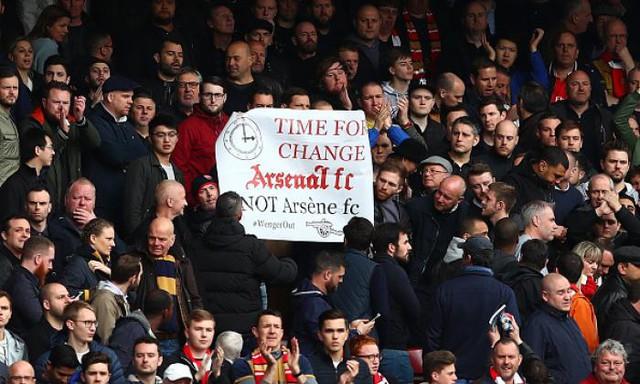 Những lời kêu gọi HLV Wenger từ chức xuất hiện khắp nơi trên sân Emirates (Ảnh: TalkSport)