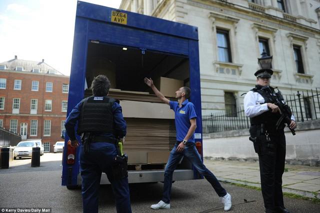 Nhóm vận chuyển tới chuyển đồ cho gia đình ông Cameron. (Ảnh: Dailymail