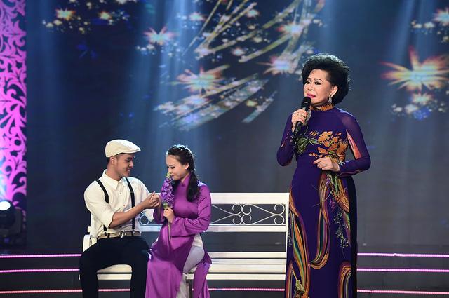 Trên sân khấu Sài Gòn đêm thứ Bảy, các khán giả theo dõi chương trình lại một lần nữa chìm đắm trong không khí đầy ưu tư của ca khúc Hoa mười giờ qua tiếng hát da diết của nữ danh ca Giao Linh.