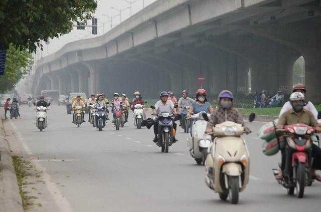 Chất thải từ xe máy, ô tô lưu thông trên đường là nguyên nhân chính gây ô nhiễm môi trường đô thị. Ảnh minh họa: VTV News