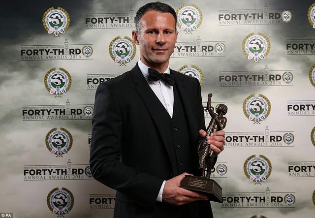Giggs nhận giải thưởng Merit