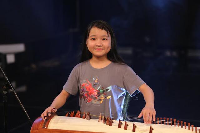 Quỳnh Anh sẽ trổ tài hát và trình diễn với đàn tranh.