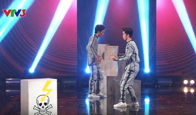 Xuân Hiếu - Thái Vũ hóa robot trong màn trình diễn đêm bán kết 6.
