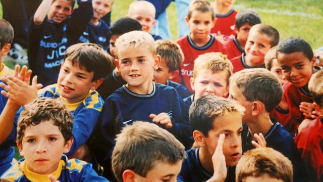 Antoine Griezmann (giữa, tóc vàng) khi còn nhỏ