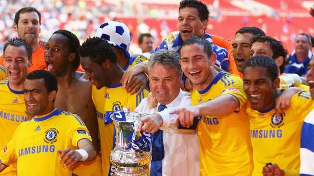 HLV Guus Hiddink bên chức vô địch FA Cup 2009 cùng Chelsea (Ảnh: Getty)