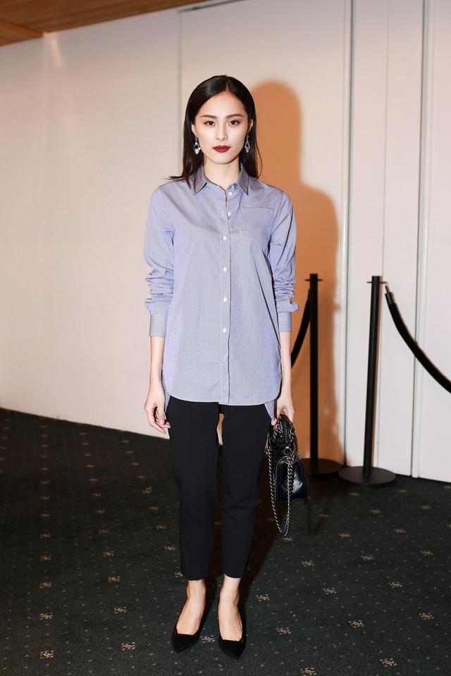 Hạ Vy - bạn gái mới của Cường đô la - diện trang phục đơn giản nhưng không kém phần sang trọng, lịch lãm của Dior