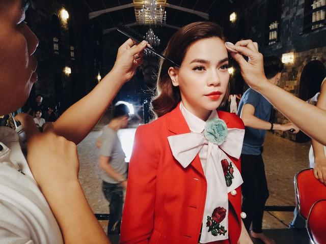 Những hình ảnh hậu trường tập đầu tiên của The Face đã được BTC hé lộ. Xuất hiện trong tập mở màn, Hồ Ngọc Hà thu hút ánh nhìn với bộ vest đỏ rực có điểm nhấn là chiếc nơ được thêu hoa hồng cầu kỳ.