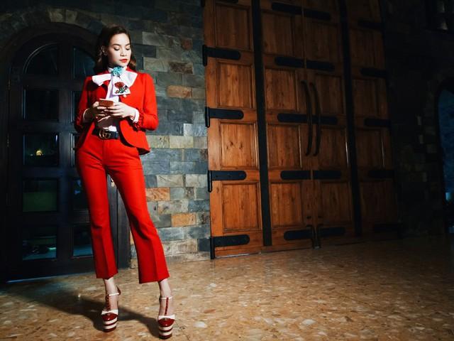 Bộ trang phục rất ấn tượng với phần ống loe sành điệu được cô lăng-xê tích cực trong thời gian qua.