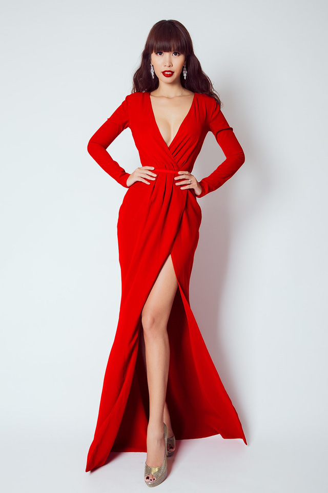 Hà Anh nổi bật trong thiết kế xẻ cao cuốn hút. Hà Anh đang bận rộn với vai trò giám khảo cuộc thi Hoa khôi áo dài Việt Nam.