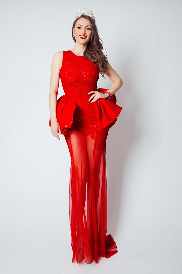 Á hậu 3 Toàn cầu - Gergana Doncheva - gợi cảm trong bộ đầm xuyên thấu sắc đỏ bắt mắt. Người đẹp gốc Bulgaria sở hữu mái tóc nâu hạt dẻ cùng nụ cười cuốn hút.