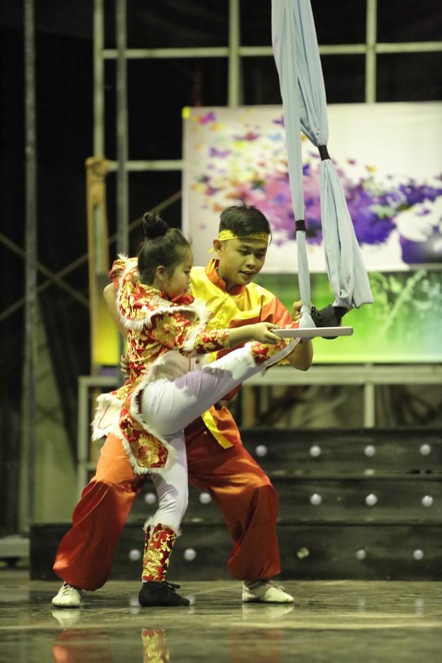 Màn trình diễn của cô bé và bạn đồng hành đã lấy đi nước mắt của giám khảo Chí Trung và giành nút vàng vào thẳng bán kết.