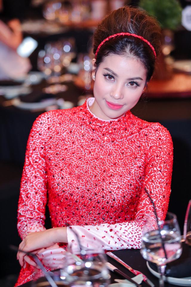 Người đẹp Hải Phòng kết hợp bộ váy với phụ kiện là chiếc bờm đỏ, đôi bông tai ngọc trai xinh xắn và phong cách trang điểm nhẹ nhàng với điểm nhấn là màu son hồng san hô.