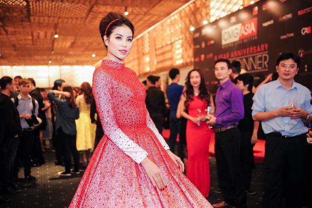 Vẻ đẹp của Phạm Hương khiến nhiều người không thể rời mắt.